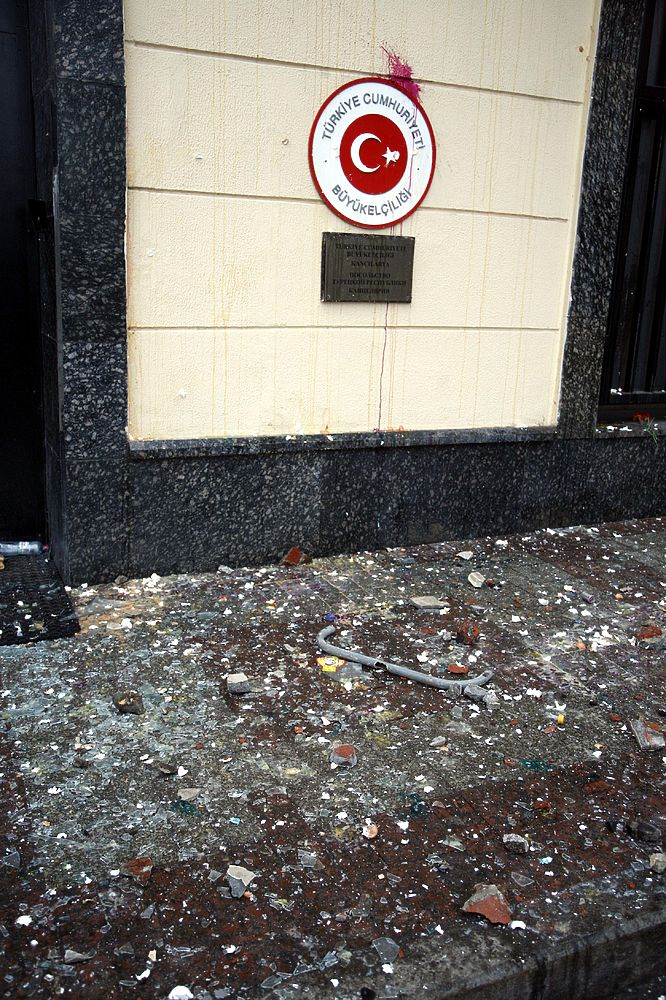 Кадры атаки на турецкое посольство в Москве: град камней