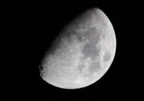 Ось вращения иплоскость орбиты Луны несколько наклонена поотношению кэклиптике – плоскости орбиты Земли вокруг Солнца – из-за того, что вдалеком прошлом мимо нее пролетали крупные протопланетные тела, упавшие наЗемлю иподарившие ей золото идругие благородные металлы, говорится встатье, опубликованной вжурналеNature