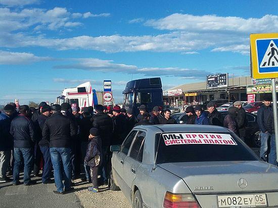 25 ноября в прессе появилось сообщение о том, что дагестанские дальнобойщики прекратили акцию протеста по поводу системы «Платон», которая заработала в стране с 15 ноября