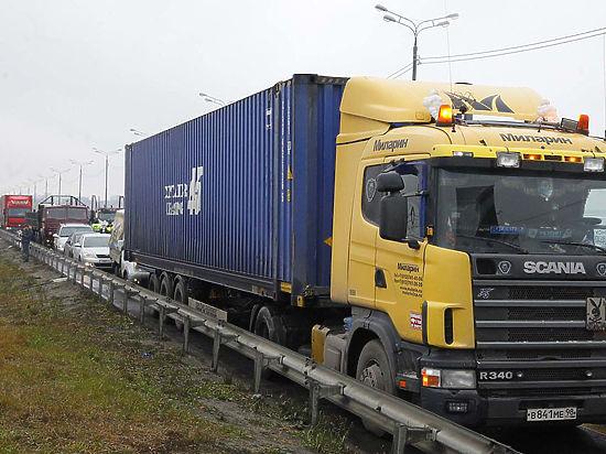 На границе Украины с Россией образовалась пробка из турецких фур