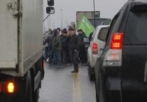 На этой неделе Госдума примет в первом чтении законопроект, который приравняет акции с использованием транспорта, аналогичные акциям дальнобойщиков, к демонстрациям — они потребуют согласования с властями