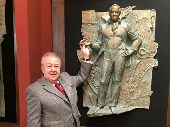 Церетели передал в дар Владимиру бронзовый барельеф Андрея Вознесенского