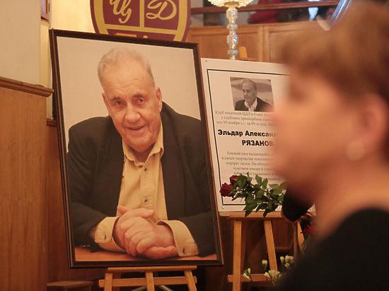 Сотни людей пришли проститься с великим режиссером Эльдаром Рязановым