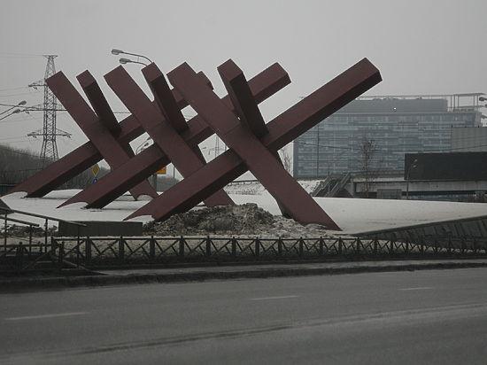 Идущих на Москву дальнобойщиков задержали противотанковые ежи
