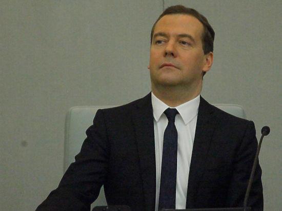 Золотые яйца: Медведев пообещал пощадить 13% подоходный налог