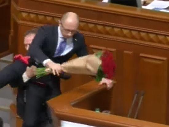 «Дебилы» и Яценюк: премьера Украины вынес с трибуны сторонник Порошенко