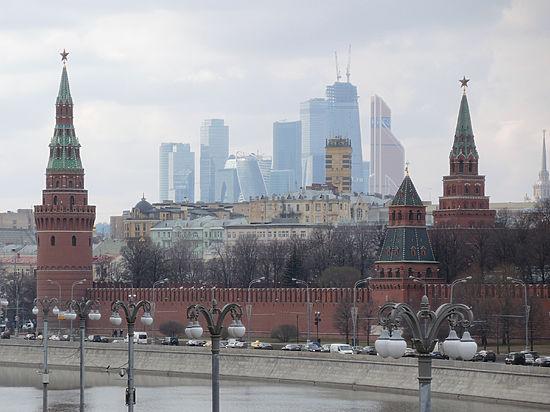 Инвалид прибил руку к дереву возле Кремля