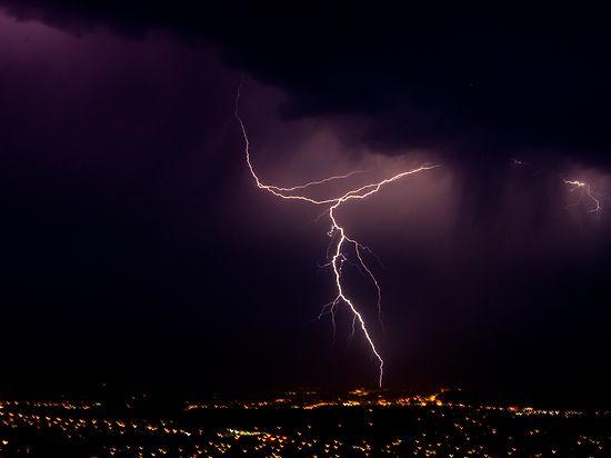 Климатологи рассказали, куда молнии бьют чаще всего