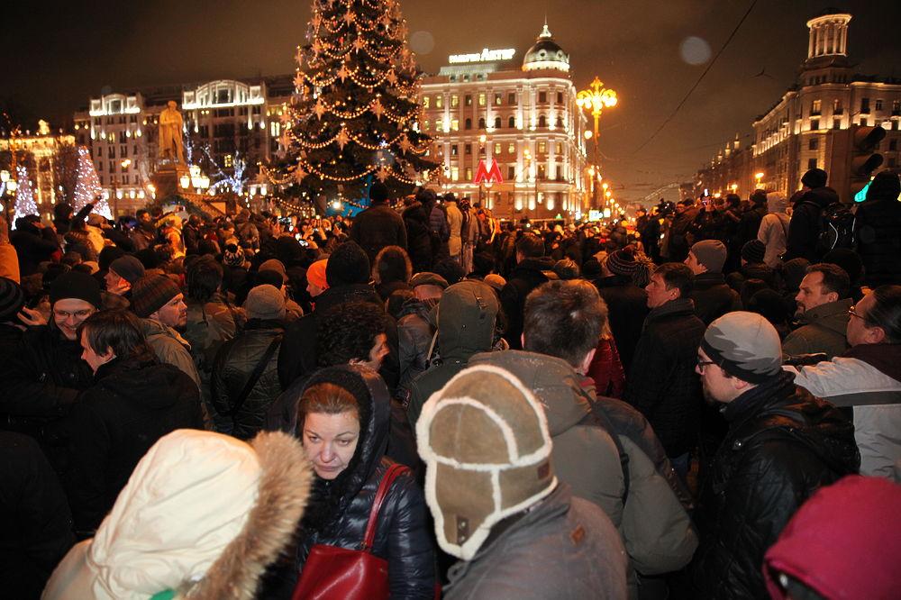 Митинг против платных парковок собрал тысячи человек в центре Москвы