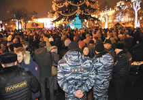 Вряд ли в столичной мэрии могли обрадоваться той толпе москвичей, что собралась вечером 15 декабря у елки на Пушкинской площади