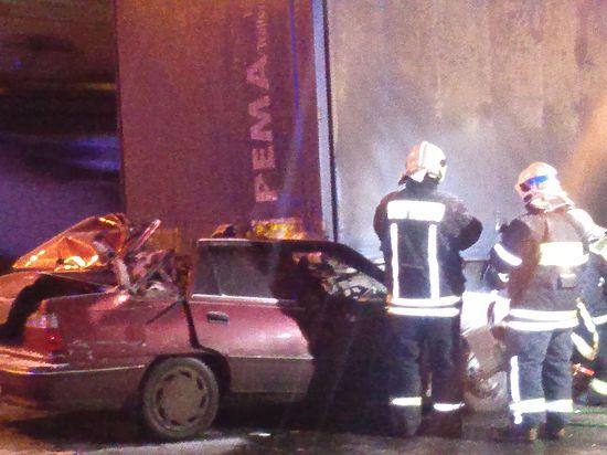 Фура раздавила водителя легковушки и его пассажира на МКАД