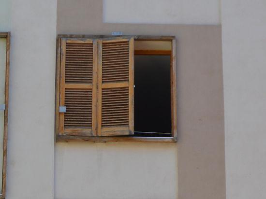 Проститутка из Нигерии разбилась, бежав из борделя через окно