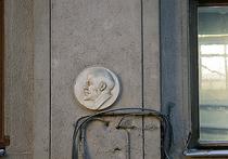 Первый памятник-барельеф Владимиру Ленину в ближайшие дни вернут на свое законное место — фасад дома №22 по Печатниковому переулку в Москве