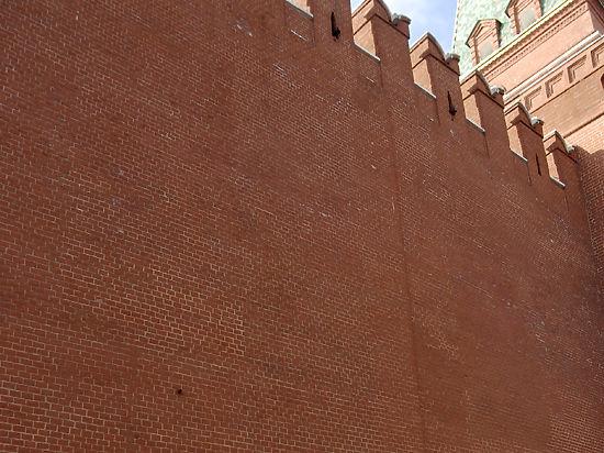 Надпись, сделанную психом на кремлевской стене, смыли обычной водой