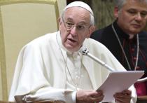 Несмотря на то, что правоохранительные органы настоятельно советуют главе Римско-Католической церкви повысить меры безопасности во время Рождественской службы в этом году, Папа Франциск отказался надеватьв честь праздника пуленепробиваемый жилет