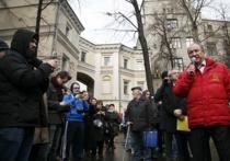 24 декабря у Администрации президента РФ на Ильинке собрались депутаты районного, городского и федерального уровня, чтобы вместе с москвичами в очередной раз заявить «нет» парковочной политике в столице