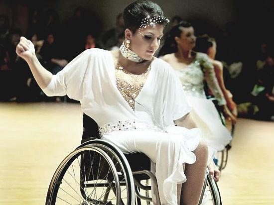 Десятикратную чемпионку по танцам на коляске соседи травят за подъемник