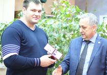 Виноват или не виноват супертяж Алексей Ловчев в применении, как уже объясняют специалисты, суперсовременного допинга? Нам такое не «поднять», с этим вопросом пусть разбираются специалисты