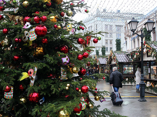 В Москве выбросили первую елку и отремонтировали первую дорогу