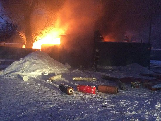 Пожарные предотвратили взрыв при пожаре в гаражах на западе Москвы