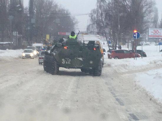 Последствия снегопада в Курске военные ликвидировали БТРами