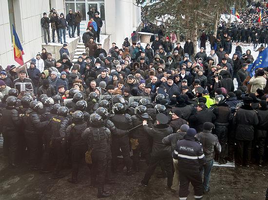 Молдавские депутаты и министры сбежали из парламента по подземному тоннелю