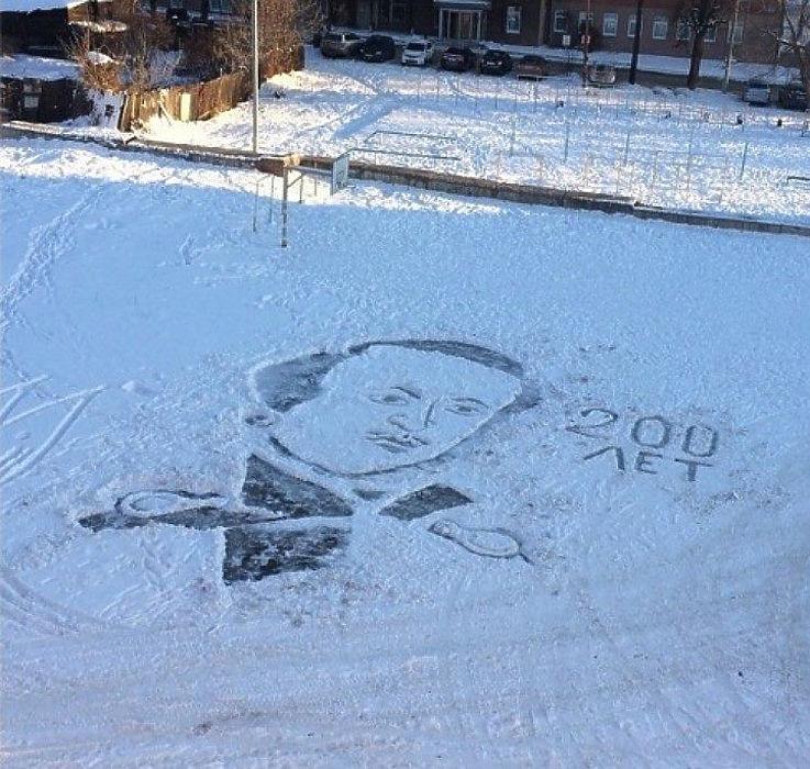 Дворник в Ижевске рисует картины на снегу школьного двора