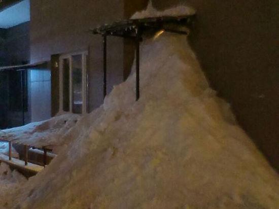 В Подмосковном Домодедово офис коммунальщиков засыпали снегом недовольные жители