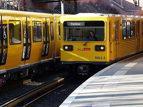 Мигрант в Берлине сбросил молодую немку под колёса поезда метро