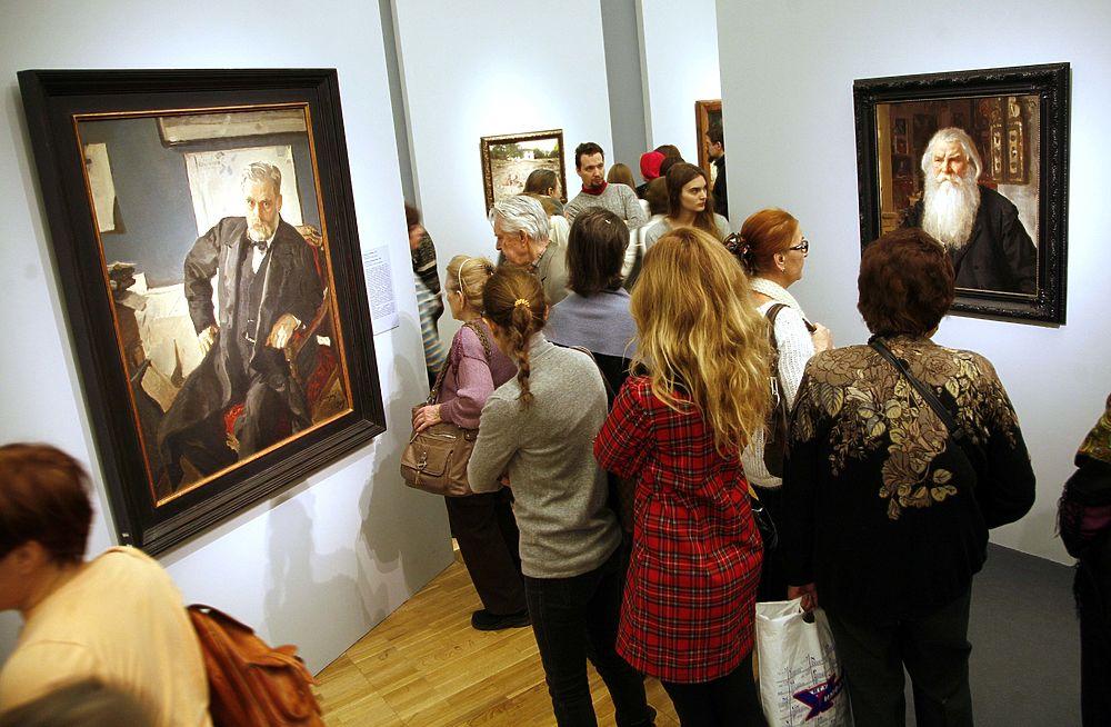 Толпа жаждущих посетить выставку Валентина Серова снесла двери Третьяковской галереи