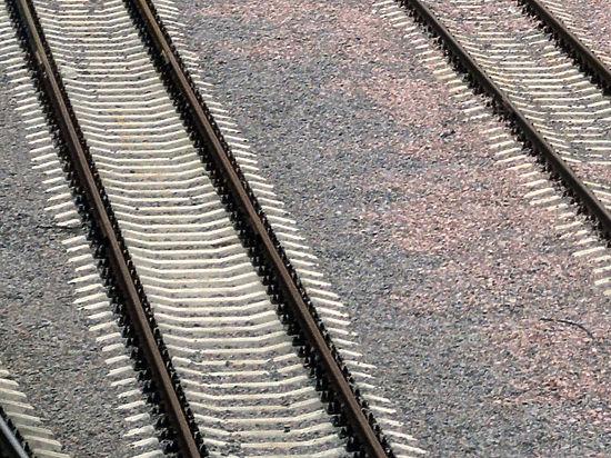 Мальчик попал под поезд при родителях, а девочка - при друзьях