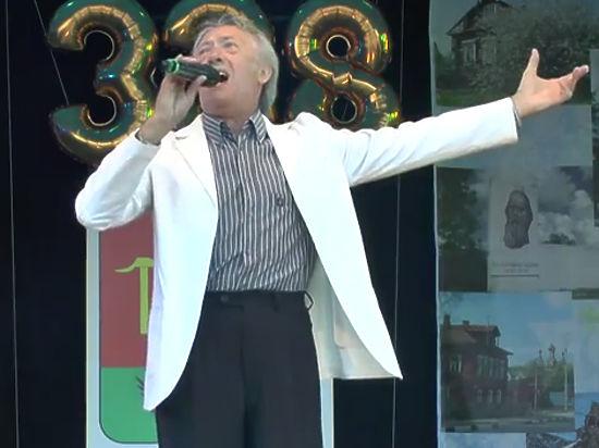 Заслуженный артист России помнит слова всех своих песен и хранит под кроватью автомат Калашникова