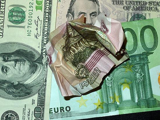 Рубль в пике: доллар стоит дороже 82, евро устремился к 90