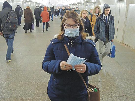 Далеко не все захотели принять участие в акции «МК» по раздаче простейших средств профилактики в метро