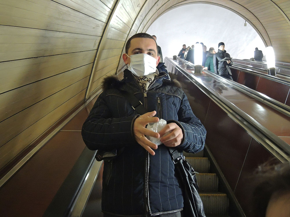 Москвичи прячутся в маски от эпидемии гриппа