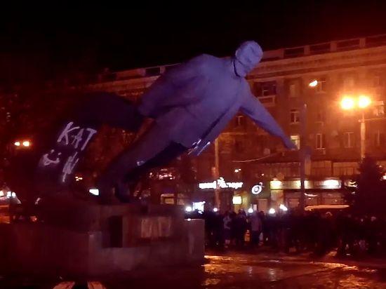 Разрушение памятника сопровождалось факельным шествием