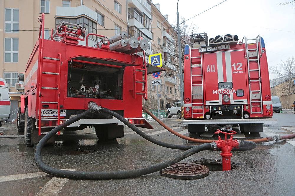 Спасатели и полиция выясняют причину пожара в швейном цеху