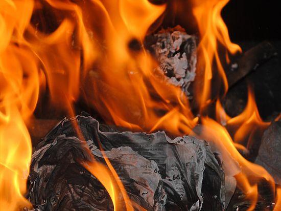 Двое детей погибли в огне в Подмосковье, пока отец семейства встречал жену поздним вечером с электрички