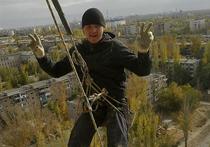 Промышленный альпинист едва не лишился жизни в поселке Новодрожжино Ленинского района Московской области, попав в ситуацию, всем известную по первой серии мультсериала «Ну, погоди!»