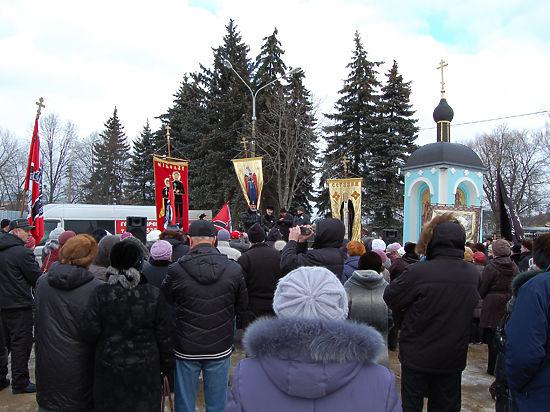 Жителей Обухова благословил на протест местный батюшка