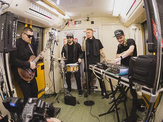 Артист устроил концерт в вагоне метро
