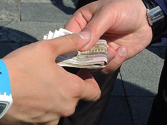Полицейский из метро получал взятки от мигрантов по карточке отца