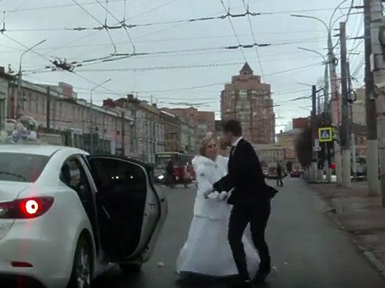 Тульская невеста, отхлестав жениха букетом, сбежала со свадьбы