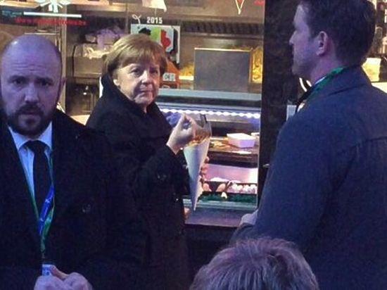 Меркель застукали на улице Брюсселя жадно поедающей картошку фри
