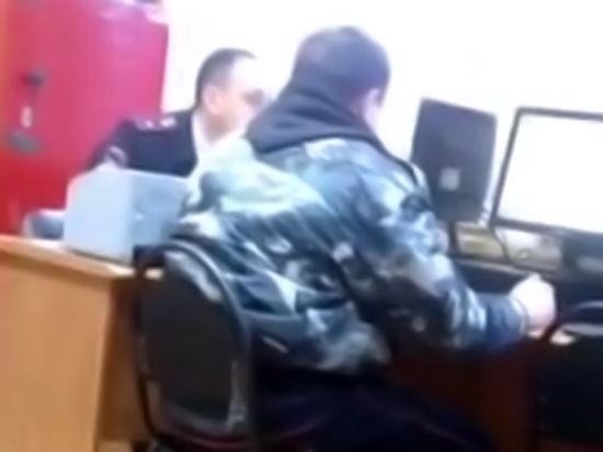 Сотрудник подмосковной ГИБДД ногой подсказывал ответы на экзамене по ПДД