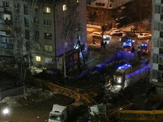 Башенный кран рухнул на жилой дом в Екатеринбурге, есть жертвы