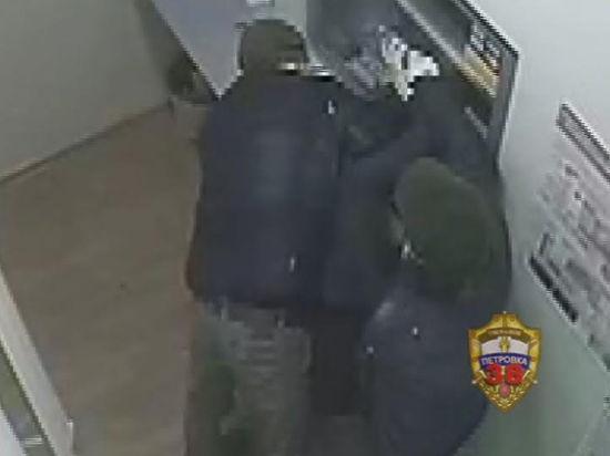 Бандиты пытались сжечь операционистку, чтобы ограбить банк