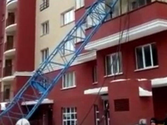 Второй случай за неделю: кран упал на дом в Новосибирске