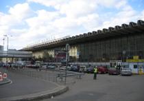 Сот рудники правоохранительных органов российской столицы эвакуировали около тысячи человек с Курского вокзала после сообщения о взрывном устройстве, заложенном в здании
