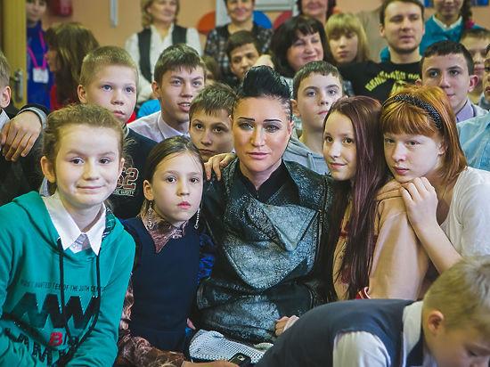 Рок-звезда Линда накормила детей коррекционной школы блинами